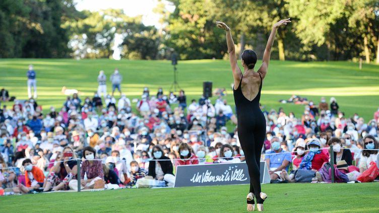 La danseuse étoile Dorothée Gilbert sur le green de Royan à l'occasion d'Un Violon sur la Ville. (Xavier Renaudin)