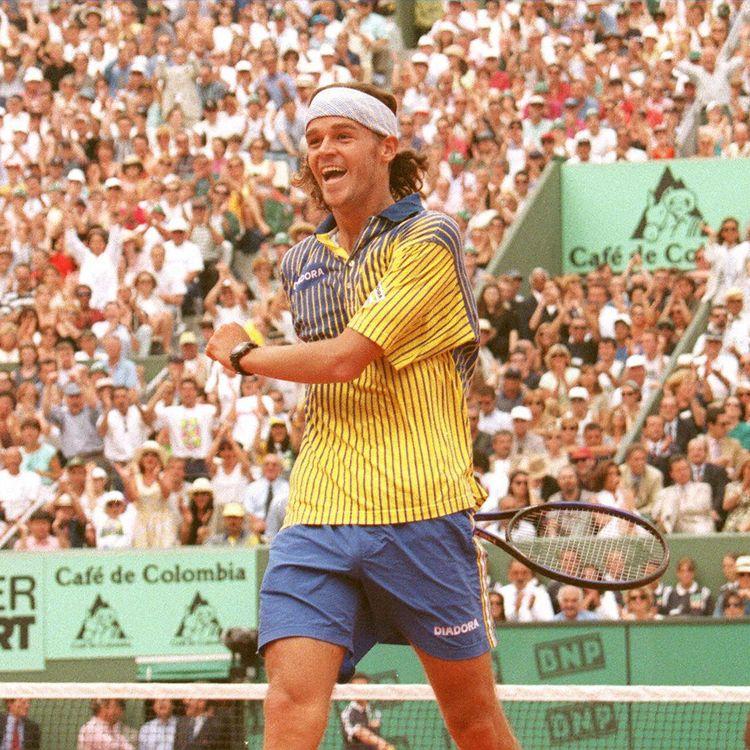 L'éternelle joie de Gustavo Kuerten lors de sa première campagne victorieuse à Roland-Garros, le 8 juin 1997. (ERIC FEFERBERG / AFP)
