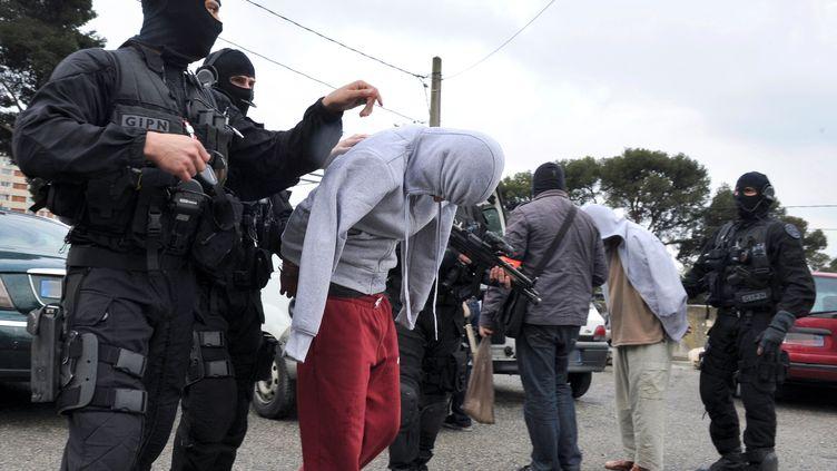 Des islamistes radicaux présumés sont arrêtés à Marseille (Bouches-du-Rhône), le 4 avril 2012. (GERARD JULIEN / AFP)