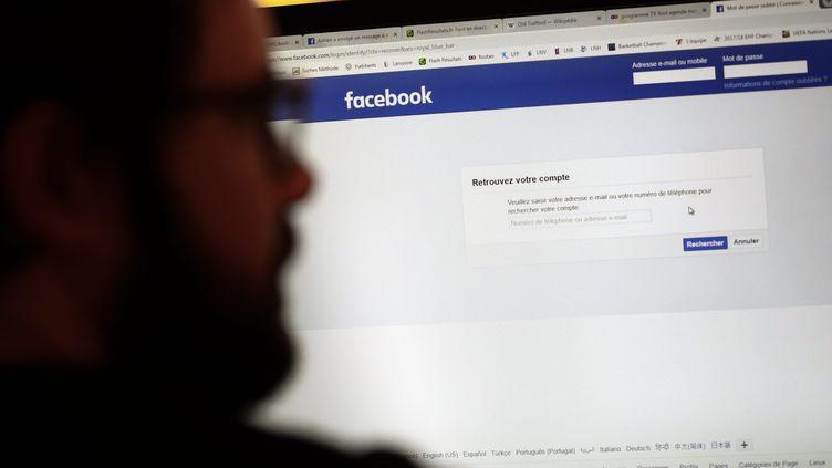 Un homme se connecte à Facebook sur son ordinateur en 2019. (MATTHIEU DE MARTIGNAC / PHOTOPQR / LE PARISIEN / MAXPPP)