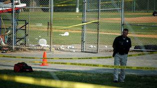 Un officier de police après la fusillade qui a fait plusieurs blessés à Alexandria, près de Washington (Etats-Unis), le 14 juin 2017. (JOSHUA ROBERTS / X01909)