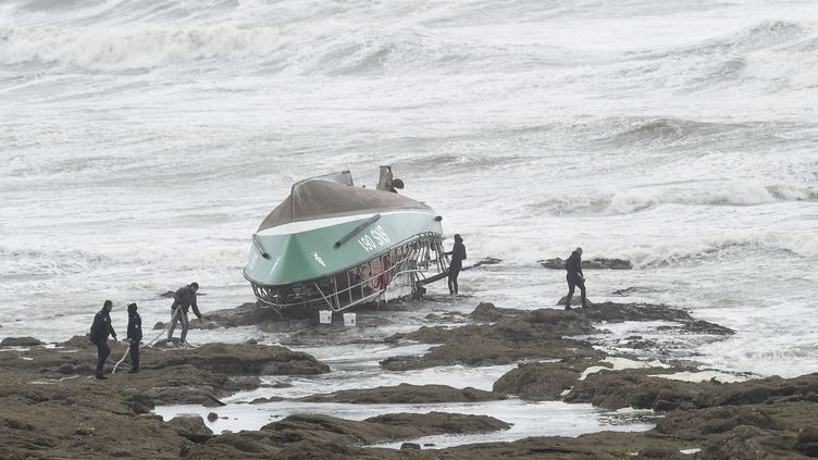 Le bateau de laSociété nationale de secours en mer (SNSM) à bord duquel trois sauveteurs sont morts en tentant de secourir un pêcheur porté disparu, le 7 juin 2019 aux Sables d'Olonne (Vendée). (SEBASTIEN SALOM-GOMIS / AFP)