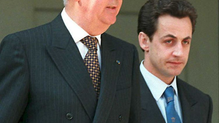 Edouard Balladur et Nicolas Sarkozy, à l'Elysée, le 3 mai 1995. (PIERRE VERDY / AFP)