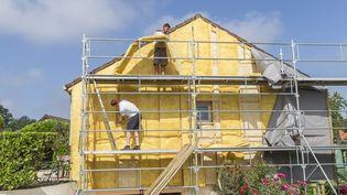 Des travaux d'isolation d'une maison, en 2019. (CHASSENET / BSIP)