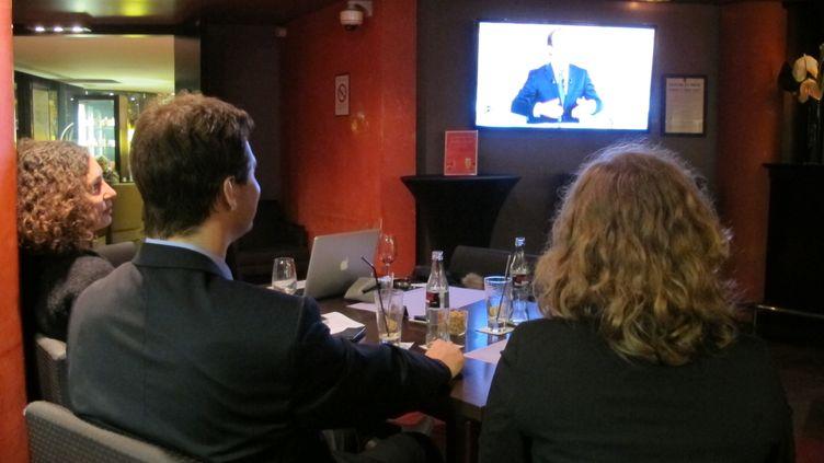 (De G à D) Sonia, Kévin et Jessica, trois électeurs de François Bayrou indécis, avant et après le débat d'entre-deux-tours, à Paris, le 2 mai 2012. (SALOME LEGRAND / FTVI)
