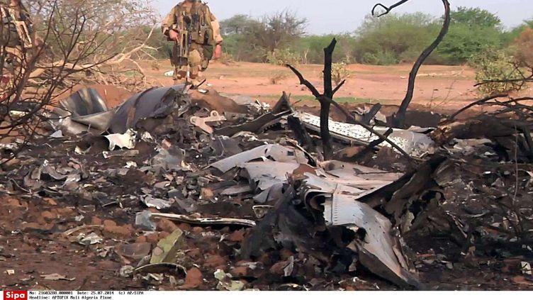 Des soldats sur le site du crash du vol d'Air Algérie, au Mali, le 25 juillet 2014. (AP/SIPA / AP)