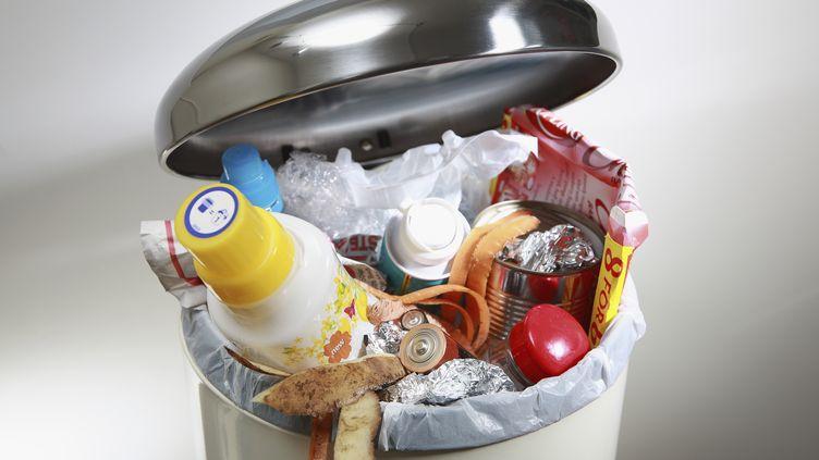 En moyenne, chaque Français jette, chaque année, près de 20 kilos de nourriture, parfois encore emballée. (MARTIN LEIGH / GETTY IMAGES)
