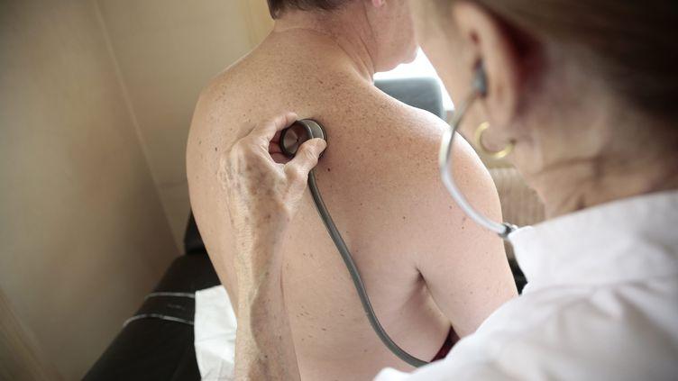 Une femme médecin examine un patient. (photo d'illustration). (MAXPPP)