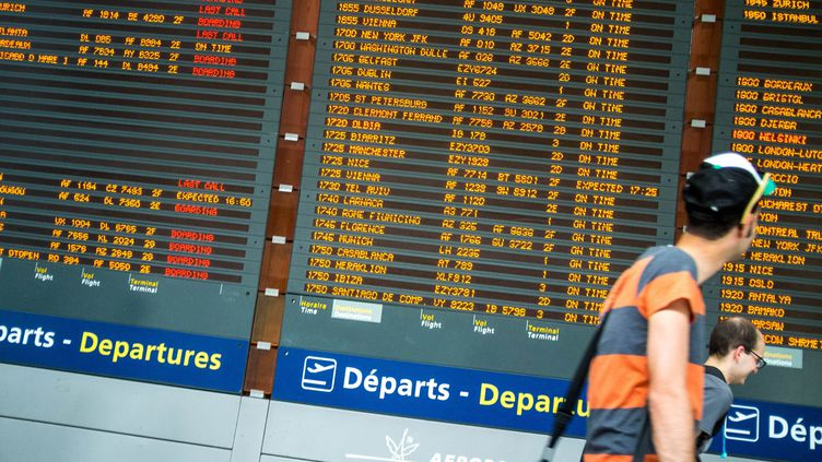Tableau d'affichage à l'aéroport Roissy Charles de Gaulle, le 1 août 2016. Image d'illustration. (MAXPPP)