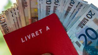 Un livret A avec des billets de banque. Photo d'illustration. (AFP)