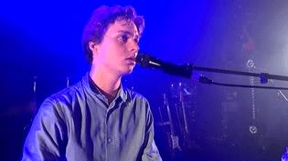 Le jeune auteur-compositeur-interprète Tim Dub sur la scène du Casino de Paris, le 23 novembre 2016  (Culturebox / Capture d'écran)