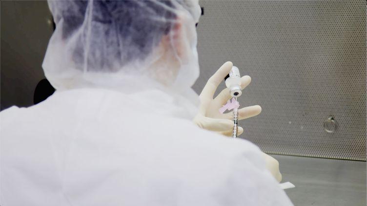 Un technicien de laboratoire réalise des tests sur le vaccin contre le Covid-19 de Pfizer, à l'hôpital Mount Sinai de New York, aux Etats-Unis, le 9 décembre 2020. (MOUNT SINAI HEALTH SYSTEM / AFP)