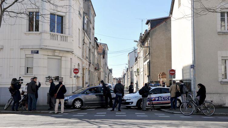 Des journalistes et des policiers à proximité du domicile de l'ancien maire de Tours Jean Germain, le 7 avril 2015, à Tours (Indre-et-Loire). (GUILLAUME SOUVANT / AFP)