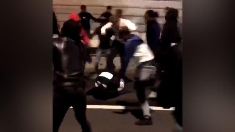 Vidéo diffusée sur les réseaux sociaux montrant l'agression d'une policière à Champigny-sur-Marne (Val-de-Marne), le 31 décembre 2017. (CAPTURE D'ECRAN TWITTER)