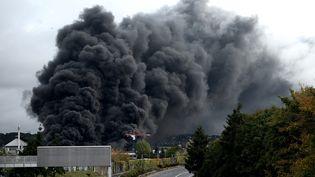 Les flammes ravagent une partie de l'usine Lubrizol, à Rouen, le 26 septembre 2019. (PHILIPPE LOPEZ / AFP)