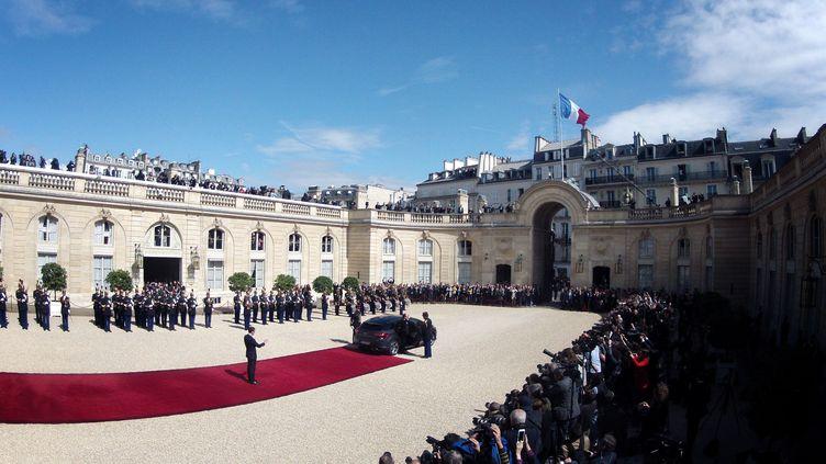 Emmanuel Macron salue une dernière fois François Hollande, avant que celui-ci ne monte dans sa voiture et quitte l'Elysée. (DENIS ALLARD / REA)