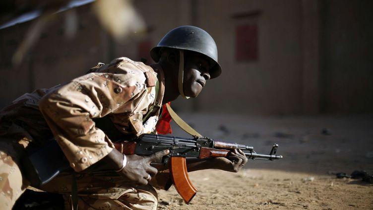 Un soldat malien au combat face à des jihadistes, à Gao, dans le Nord du Mali, le 10 février 2013. (JEROME DELAY / AP / SIPA)