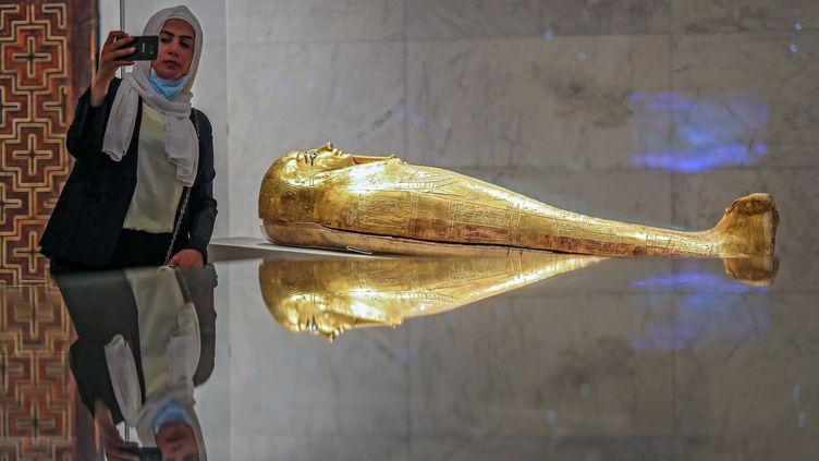 Un sarcophage doré au Musée de la civilisation égyptienne, dans le quartier Fustat du Vieux Caire, lors de sa réouverture officielle, le 4 avril 2021. (MAHMOUD KHALED / AFP)