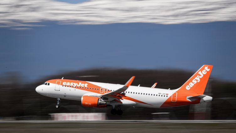 Un avion EasyJet décolle de l'aéroport de Genève (Suisse), le 22 mars 2019. (FABRICE COFFRINI / AFP)