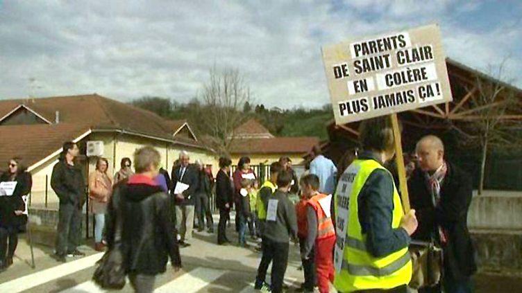 Des parents d'élèves manifestent le 11 avril 2015 à Saint-Clair-de-la-Tour (Isère), où le directeur d'école de Villefontaine aurait aussi sévi en 2011-2012. (FRANCE 3 ALPES)