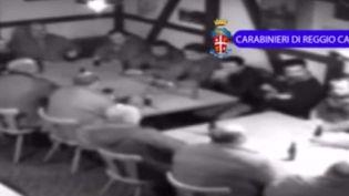 Une réunion secrète de la mafia calabraise, filmée par la police dans lapetite ville de Frauenfeld, au nord de Zurich. (YOUTUBE / THE TELEGRAPH)
