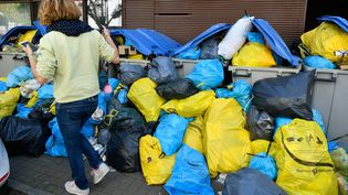 Le 11 avril 2017, les poubelles s'entassent dans certains quartiers de Nantes(Loire-Atlantique). (MAXPPP)
