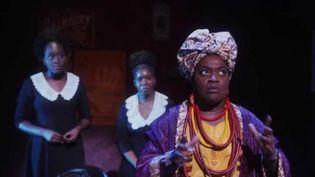 """Au théâtre Mogador, à Paris, """"Ghost"""", le film culte de 1990, fait son grand retour en version comédie musicale. Le journaliste de France 2 Nicolas Lemarignier a rencontré l'humoriste Claudia Tagbo, qui reprend le rôle créé par Whoopi Goldberg. (FRANCE 2)"""