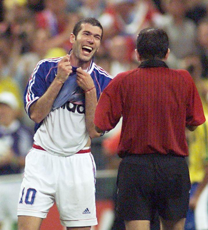 Zinédine Zidane enlève son maillot lors de la finale de la Coupe du monde face au Brésil, le 12 juillet 1998, au Stade de France. (PATRICK HERTZOG / AFP)