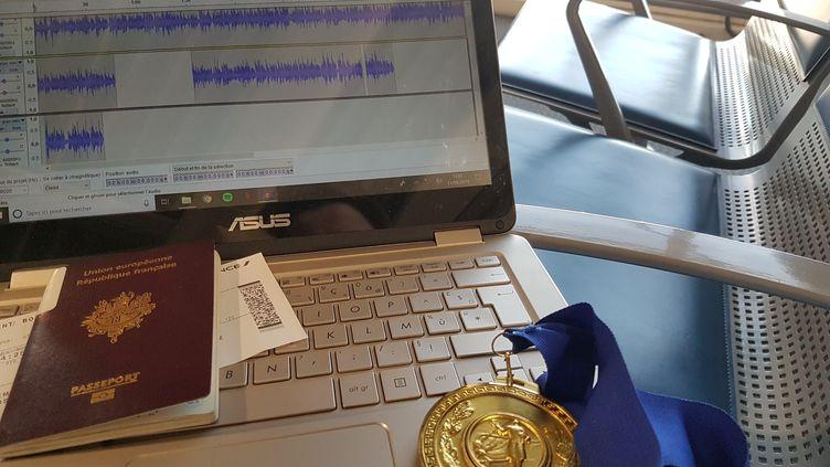 De retour de compétition et après la victoire à la coupe du monde d'Athènes, Cécilia Berder travaille ses chroniques sur FranceInfo dans les transports. (cb)