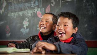 Deux élèves dans une école primaire chinoise, à Ganjia. (MAXPPP)