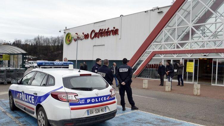 La police stationnée devant l'hypermarché de La Ricamarie (Loire), le 29 janvier 2013. (PHILIPPE DESMAZES / AFP)