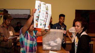 Opération de dépouillement dans un bureau de vote, le 7 novembre 2018, dans la capitale malgache. (Photo AFP/Mamyrael)