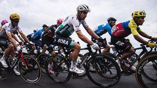 L'Espagnol Luis Leon Sanchez, le pilote du Team Astana, le pilote du Team Bora-Hansgrohe, le Slovaque Peter Sagan, et le pilote du Team EF Education, Jonathan Caicedo, lors de la troisième étape de la course cycliste du Giro d'Italia 2021,le 10 mai 2021. (MARCO BERTORELLO / AFP)