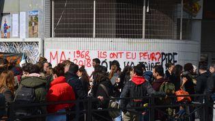 Des étudiants de l'Université Paris 1 Tolbiac bloquent l'accès à l'établissement, jeudi 29 mars. (ALPHACIT NEWIM / CROWDSPARK/AFP)