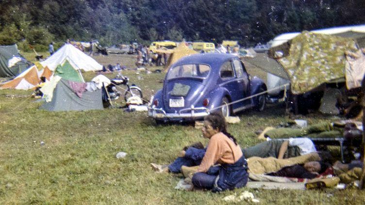 Des festivaliers se reposent au Festival Woodstock qui s'est tenu du 15 au 18 aoôt 1969. (ANNIE BIRCH / ANNIE BIRCH PERSONAL COLLECTION)