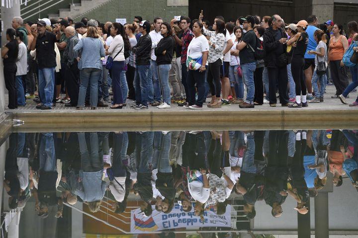 Des Vénézuéliens attendent leur tour pour voter au référendum organisé par l'opposition, dimanche 16 juillet 2017 à Caracas. (JUAN BARRETO / AFP)