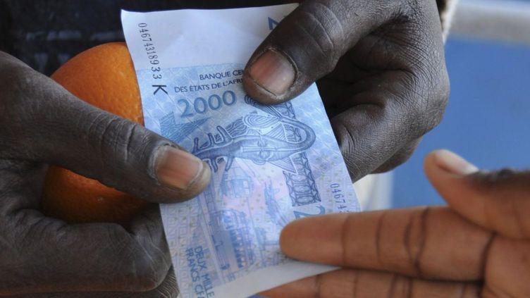 Echange de francs CFA sur le marché de Dakar. (Reuters/ STR New)