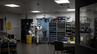 Un membre du personnel soignant de l'hôpital Pierre Benite à Lyon, le 8 septembre 2021. (JEFF PACHOUD / AFP)
