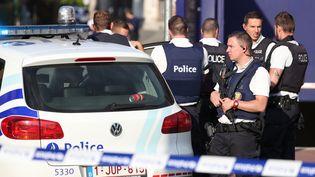 Des policiers sécurisent le lieu où deux de leurs collègues ont été blessées à la machette, le 6 août 2016, à Charleroi (Belgique). (VIRGINIE LEFOUR / BELGA / AFP)