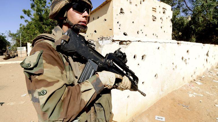 Un soldat français patrouille à Gao (Mali), le 11 février 2013. (PASCAL GUYOT / AFP)