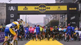 Le départ du 104e Tour des Flandres, le 18 octobre 2020 à Anvers. (LUC CLAESSEN / GETTY IMAGES)