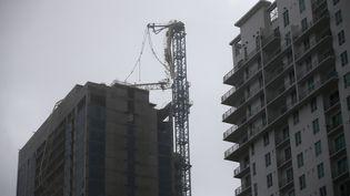 Une grue a été décapitée sur un immeuble en construction de Miami (Etats-Unis), dimanche 10 septembre. (CARLOS BARRIA / REUTERS)