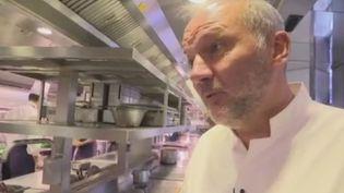 Alors que le guide Michelin dévoile son palmarès lundi 21 janvier, Christian Le Squer dévoile les retombées économiques engendrées par les trois étoiles. (FRANCE 2)