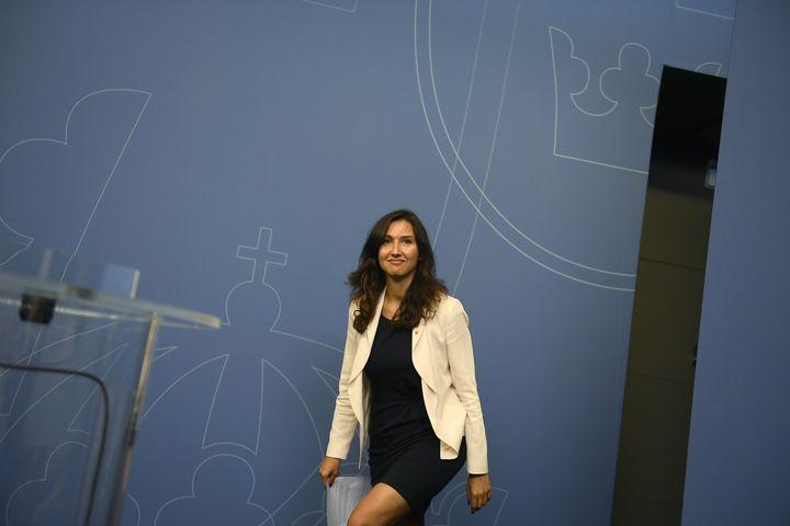 Aida Hadzialic arrivant à la conférence de presse au cours de laquelle elle va annoncer sa démission, le 13 août 2016 à Stockholm (Suède). (VILHELM STOKSTAD / TT NEWS AGENCY / AFP)