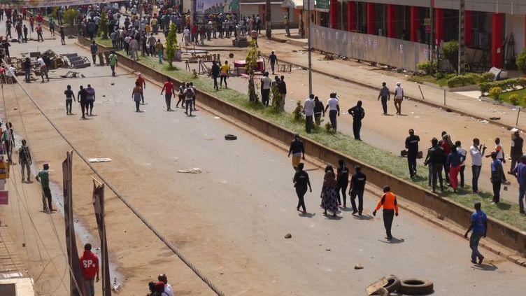 Des manifestants bloquent une route dans la ville de Bamenda, capitale de la région anglophone du nord-ouest le 8 décembre 2016. (Photo Reuters)
