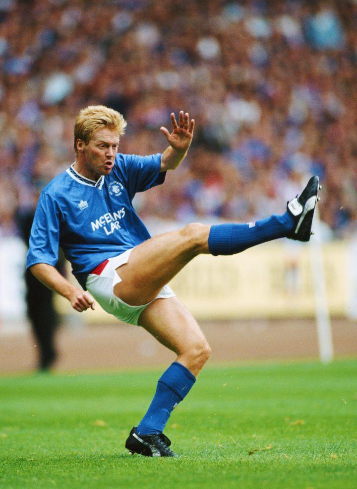 L'attaquant des Glasgow Rangers Mo Johnston lors d'un match de championnat écossais, en 1991. (HULTON ARCHIVE / GETTY IMAGES)
