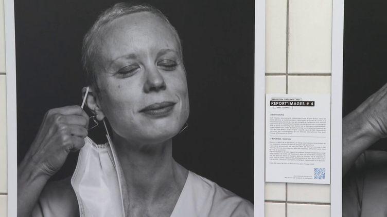80 clichés de photoreporteurs sont exposés dans les couloirs du métrorennais jusqu'au 11 février. (Benoit LEVAILLANT / France 3)
