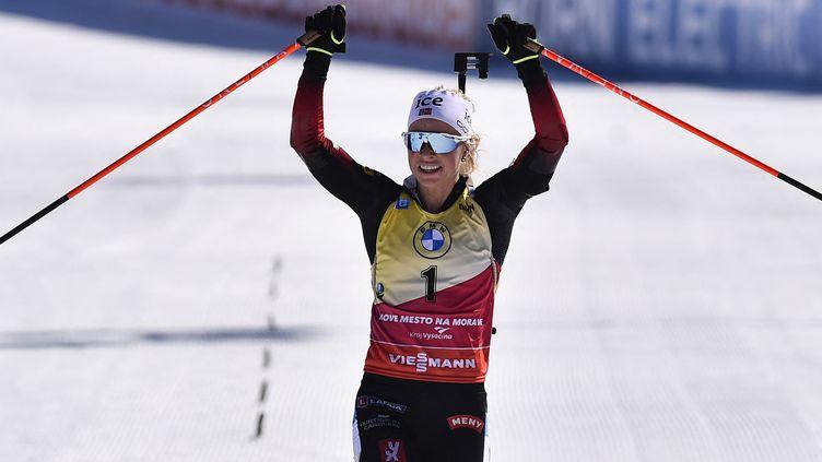 Tiri Eckhoff heureuse vainqueur de la poursuite de Nove Mesto, dimanche 7 février 2021. (MICHAL CIZEK / AFP)