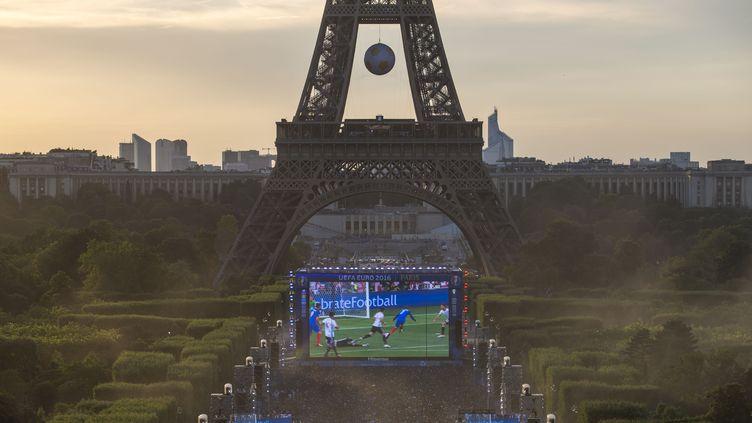 Vue de la fan zone du Champ-de-Mars pour l'Euro 2016, le 7 juillet 2016. (GEOFFROY VAN DER HASSELT / AFP)