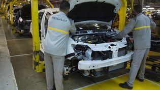 Une ligne d'assemblage dans l'usine Renault de Tanger le 12 mars 2018. (FADEL SENNA / AFP)